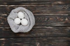 3 яичка в связанном шарфе выглядеть как гнездо Стоковая Фотография RF