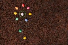 Яичка лежа на ковре абстрактный цветок Плоское положение aggs пасхи Стоковое Изображение RF