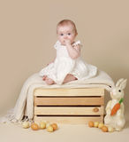 Яичка зайчика пасхи младенца Стоковые Изображения RF