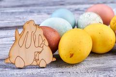 Яичка и зайчики на древесине Стоковые Фото