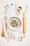 Яичка и пасха триперсток пекут выбор инструментов стоковая фотография rf