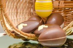 Яичка и помадки зайчика пасхи шоколада в корзине пасхи Стоковое Изображение