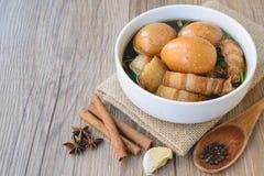 Яичка и свинина в коричневом соусе, тайской кухне, вареных яйцах с хиом Стоковые Фото