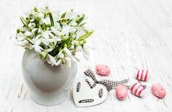 Яичка и snowdrops весны Стоковые Изображения RF