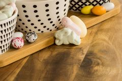 Яичка конфеты пасхи и животные форменные зефиры на деревянном surfa Стоковое Изображение RF