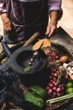 Яичка лимона выставки руки еды Lanna и кухни еды лука руки опытного человека кухни тайской северной тайской деревенские варят Стоковое Изображение RF