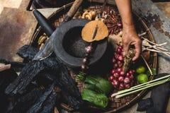 Яичка лимона выставки руки еды Lanna и кухни еды лука руки опытного человека кухни тайской северной тайской деревенские варят Стоковые Фотографии RF