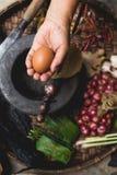 Яичка лимона выставки руки еды Lanna и кухни еды лука руки опытного человека кухни тайской северной тайской деревенские варят Стоковые Изображения
