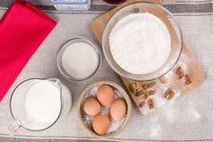 Яичка, молоко, сахар, взгляд сверху муки Стоковое Изображение RF