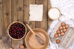 Яичка, мука и деревянный шар для делать тесто для пирога с вишней Печенья лета домодельные Взгляд сверху скопируйте космос стоковые изображения rf