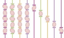 Яичка пасхи светлые пастельные на покрашенных лентах сатинировки при малые ленты изолированные на белой предпосылке Стоковые Изображения RF