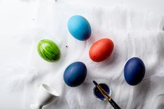 Яичка покрасили голубые, красные и зеленые цвета на празднике пасхи Стоковые Изображения