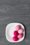 Яичка покрашенные пинком на белой плите Торжество пасхи Стоковое Изображение