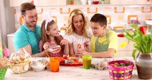 Яичка расцветки семьи †картины пасхи « сток-видео