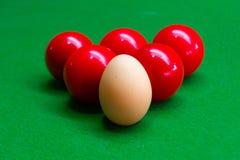 Яичка совмещены с цветом шариков снукера Стоковые Фото