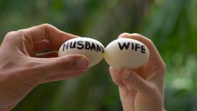 Яичка с надписями женой и супругом Конфликт между мужем и женой сток-видео