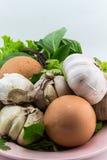 Яичка с овощами на изолированном шаре Стоковые Фото