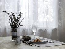 Яичка триперсток ветвей вербы ножа вилки зеленого лука тушёного мяса плиты салфетки таблицы vegetable стеклянные солят вазу перца Стоковая Фотография