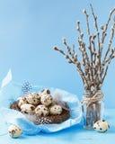 Яичка триперсток в гнезде с пер и вербой Стоковая Фотография RF