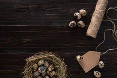 Яичка триперсток в гнезде, месте для текста на деревянном деревенском конце взгляд сверху предпосылки вверх стоковое фото rf