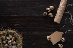 Яичка триперсток в гнезде, месте для текста на деревянном деревенском конце взгляд сверху предпосылки вверх стоковые фотографии rf