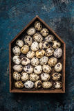 Яичка триперсток в деревенской деревянной коробке в форме дома стоковые изображения