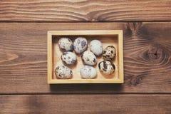 Яичка триперсток в деревянной коробке на деревянной предпосылке стоковое изображение rf