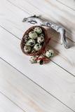 Яичка триперсток в меньшей корзине на деревянной доске Украшение пасхи Стоковые Изображения