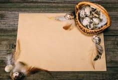 Яичка триперсток крупного плана внутри меньшей корзины на листе бумаги на деревенской деревянной предпосылке Насмешка года сбора  Стоковое Фото