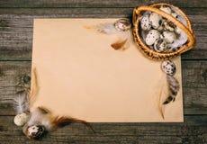 Яичка триперсток крупного плана внутри меньшей корзины на листе бумаги на деревенской деревянной предпосылке Насмешка года сбора  Стоковые Изображения RF