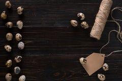Яичка триперсток, место для текста на деревянном деревенском конце взгляд сверху предпосылки вверх стоковое фото rf