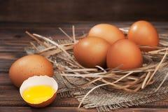 Яичка цыпленка на деревянном конце-вверх предпосылки Стоковая Фотография RF