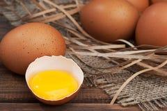 Яичка цыпленка на деревянном конце-вверх предпосылки Стоковое Изображение RF