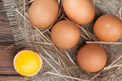 Яичка цыпленка на деревянном конце-вверх предпосылки Стоковое Фото