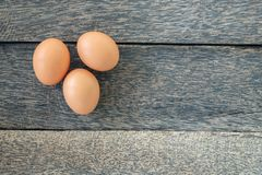 Яичка цыпленка на старой деревянной предпосылке стоковое фото
