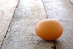 Яичка цыпленка на старой деревянной предпосылке стоковые фото