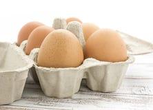Яичка цыпленка близкого взгляда органические в коробке Стоковое фото RF