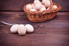 Яичка цыпленка в раковине и в плетеной корзине Стоковое фото RF