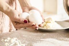 Яичка цыпленка в руках женщины Стоковая Фотография