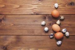Яичка цыпленка и триперсток на деревянной предпосылке стоковое изображение