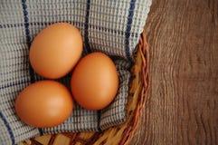 Яичка цыпленка коричневые в корзине Стоковая Фотография RF