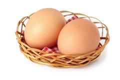 2 яичка цыпленка коричневых в малой корзине Стоковое Изображение