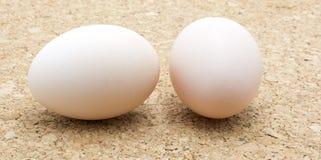 Яичка цыпленка на предпосылке пробочки Стоковые Изображения RF