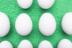 Яичка цыпленка на травянист-зеленой предпосылке Стоковое фото RF