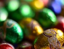 Яичка шоколада обернутые в сияющей покрашенной бумаге Стоковое Изображение RF