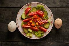Яичка Smilies и здоровый салат Стоковое Изображение RF
