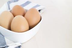 Яичко в белом шаре, деревянной плите Стоковое фото RF