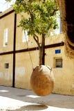 яичко исполняет желания вала камня людей Израиля jaffa август 2013: Оранжевое дерево Стоковое Фото