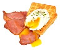 Яичко и бекон на Waffles картошки Стоковые Изображения
