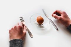 Яичко на белой предпосылке minimalism Стоковая Фотография
